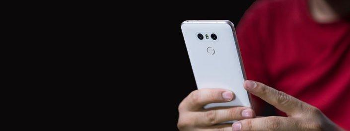 . ال جی تصمیم دارد به همراه به روز رسانی جی ۶ ، چندین قابلیت جدید نیز به آن اضافه کند . قابلیت هایی هم چون Face Print ، مصرف باتری کمتر و اخطار برای مانع موجود در جلوی لنز و همچنین به همراه آپدیت و نسخه جدیدی از این گوشی باقابلیت حافظه بیشتر و کیفیت صدا بیشتر را عرضه می کند . ال جی اعلام کرده است با وجود قابلیت فیس پرینت در گوشتی هایی همچون سامسونگ گلکسی اس ۸ ، این فناوری در گوشی های ال جی عملکرد بهتر و سریع تری داراست . به وسیله این قابلیت گوشی همراه تنها با تشخیص چهره کاربر قادر به استفاده می شود همچنین ال جی اعلام کرده است این قابلیت جدید از آن جا که تنها با تشخیص چهره فرد مقابل دوربین گوشی فعال می باشد باعث افزایش مصرف باتری نخواهد بود . آنچه در به روزرسانی جی ۶ شاهد خواهیم بود استفاده از معماری شش وجهی چیپست اسنپدراگون می باشد که به واسطه آن باتری کمتری مصرف خواهد شد . همچنین از آن جا که دوربین گوشی G6 دارای لنزی عریض می باشد گاهی کاربر شاهد ثبت دست خود در کادر عکس می باشد که با قابلیت جدیدی که ال جی درنظر گرفته است این گوشی هوشمند در هنگام این مسئله به کاربر هشدار می دهد تا مانع از ثبت عکس نامناسب شود . قابل ذکر است از این پس ال جی دو رنگ آبی و طلایی را به مجموعه رنگ های پرچم دار ۲۰۱۷ خود اضافه خواهد کرد . همچنین شاهد آن خواهیم بود که علاوه بر به روز رسانی پرچم دار خود گوشی جدید G6پلاس از ۱۲۸ گیگابایت حافظه داخلی و هدفون پیشرفته ی B&O PLAY برای استفاده از مبدل صدای DAC چهارگانه ی bit Hi-Fi-32 بهره مند می شود قابل ذکر است این گوشی جدید ال جی از ویژگی شارژ بی سیم در برخی کشورها نیز برخوردار می باشد.